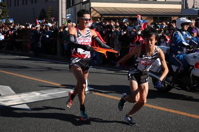 前回区間賞の5区を任されたが、中継地点では2位の旭化成・村山に5秒差まで詰められた