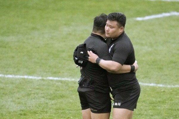 試合後、御所実・津村大志(左)と抱き合う島田彪雅