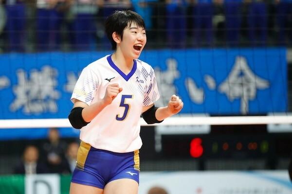 吉武美佳選手(金蘭会)は1年生ながら高さだけでなく、ストレート、クロスに打ち分ける技術を持つ