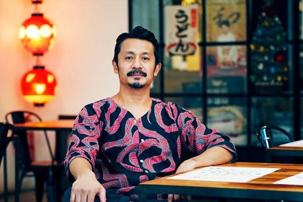 引退後、石塚啓次は2012年からバルセロナに移住。アパレルブランドを立ち上げ、うどん屋を経営している