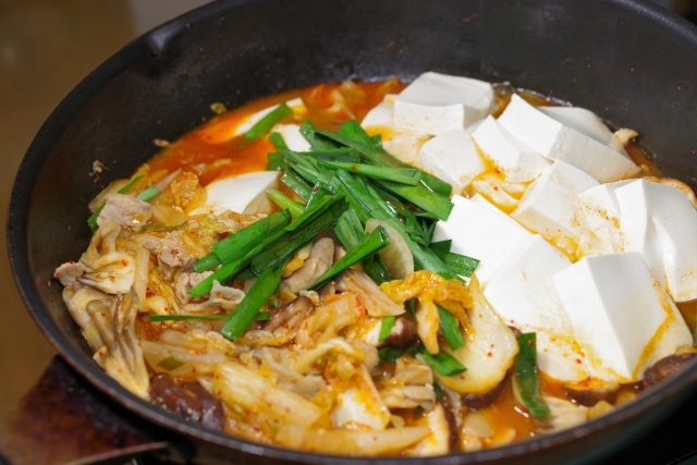 寒い時期に温か〜い!ダッチオーブンで本格海鮮キムチ鍋