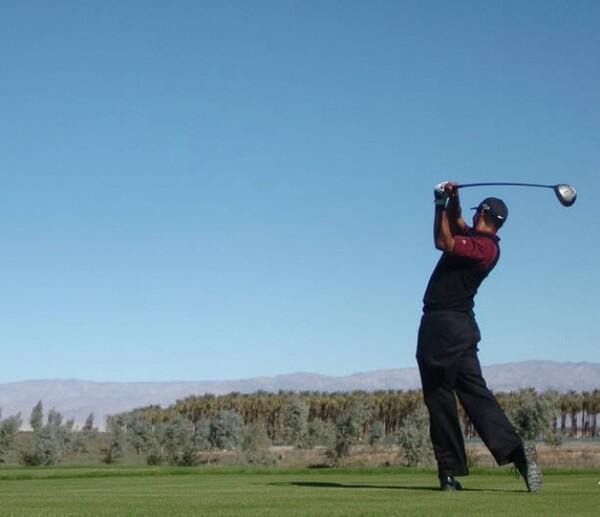 ダウン 肘 右 ゴルフ スイング