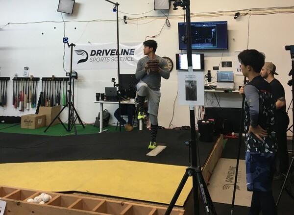 自費で渡米し、トレーニングに励むDeNA・今永昇太(写真中央)。京山将弥もその様子を見守る(同右)
