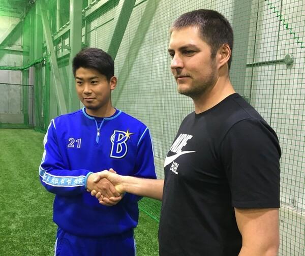 昨年12月、横浜DeNAの練習施設を訪問したバウアー(写真右)。隣はエース左腕の今永