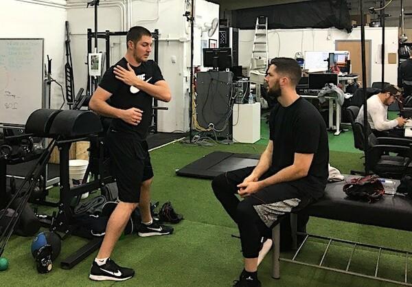 トレーニング談義をするトレバー・バウアー(写真左)とアレックス・ウッド(写真右)