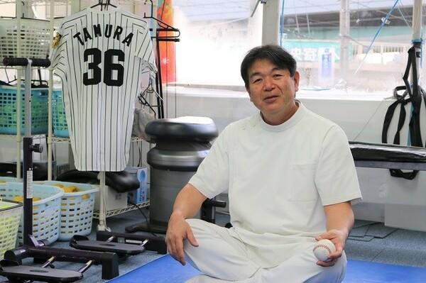 現在の田村は「院長」として、体に痛みを抱えた学生や親御さんと真剣に向き合う日々を送る