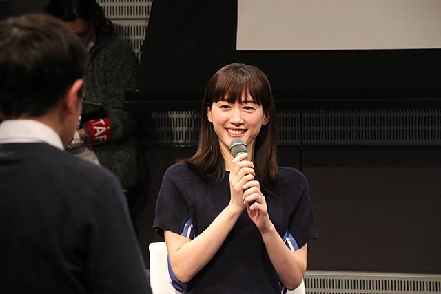 児童からの質問に笑顔で答える綾瀬さん