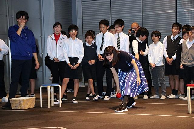 綾瀬さんもボッチャに初挑戦!