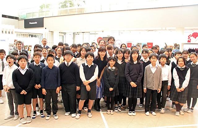 オリパラ教育の一環として行われたイベントに参加した女優の綾瀬はるかさんと、有明西学園6年生の児童ら