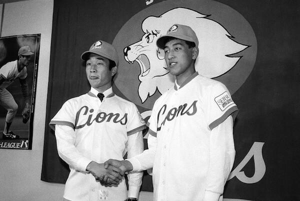 1983年のドラフト1位で指名された渡辺久信(右)と2位で指名された辻発彦(左)