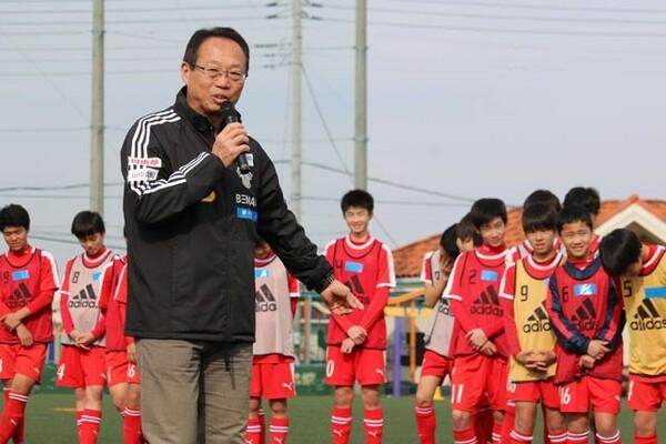 岡田メソッドのトレーニングをメディアに初公開。中学生に実技指導を行い、メニューの一部を披露した
