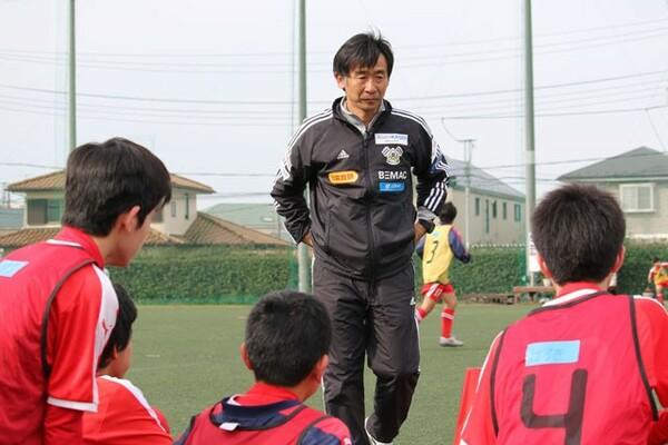この日、実際に指導したのはFC今治メソッドグループ長の橋川和晃コーチ。岡田メソッド構築のキーマンだ