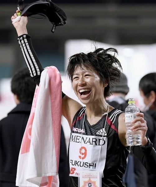2019年の名古屋ウィメンズマラソンで日本人2位となる8位に入り、喜びの笑みを見せた福士