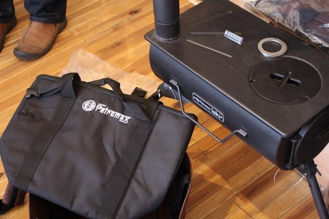 バッグに収納できる組み立て式の薪ストーブはとってもコンパクト。持ち運びに便利。