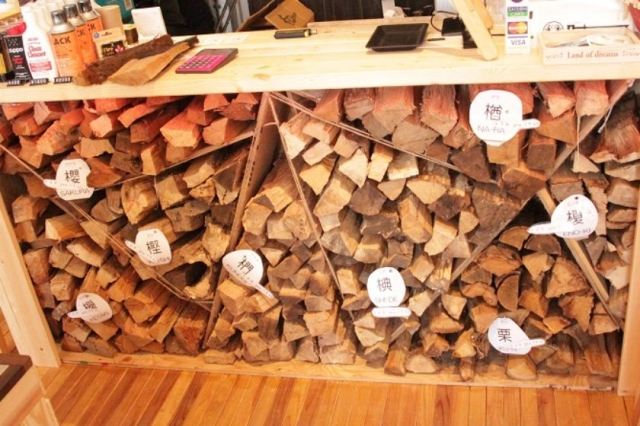 薪は事前に予約すれば好みの大きさにカットしてもらうことも可能。