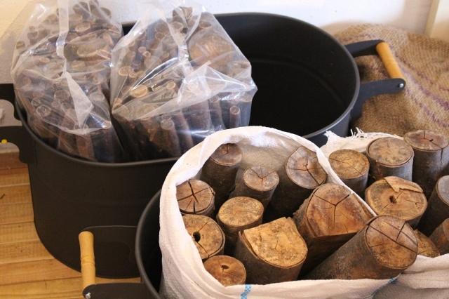 「達薪(たつまき)」は薪職人が丹精こめて2年間、毎日品質を チェックしてできた至極の逸品。出荷の際には束子で磨くひと手間も。