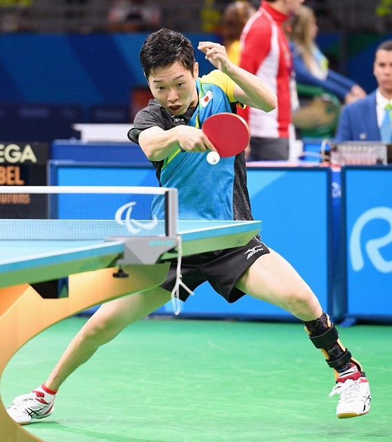 岩渕が特に不自由な左足に装具を付けているように、パラ卓球は各選手の障がいの特徴を見極めたうえでの戦術が肝となる