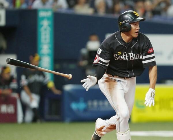 昨オフ新たに7年契約を結び、事実上の「生涯ホークス」となった柳田。再出発のシーズンで打棒爆発なるか