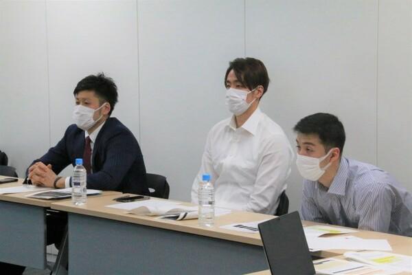 選手会とのミーティングも実施。会長の田口成浩(写真左)、前会長の竹内譲次(中央)、副会長の田渡凌(右)はマスクを着けて参加、その他ビデオ会議で参加した選手もおり意見を交換した