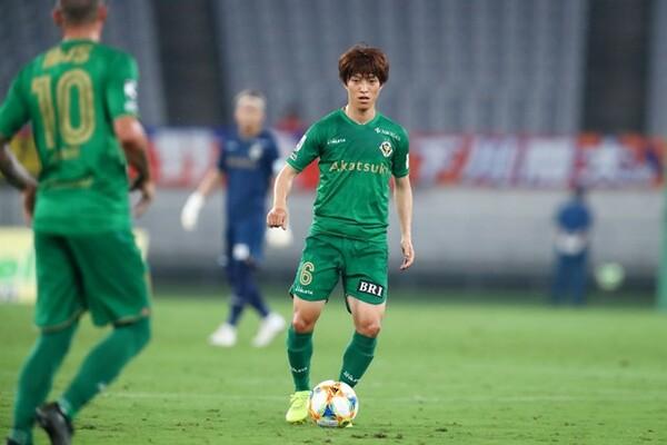 昨季までは中盤センターでプレーしていた井上(写真中央)だが、永井監督はその能力をよりゴールに近い位置で生かそうとしている。指揮官の期待に応えられるか