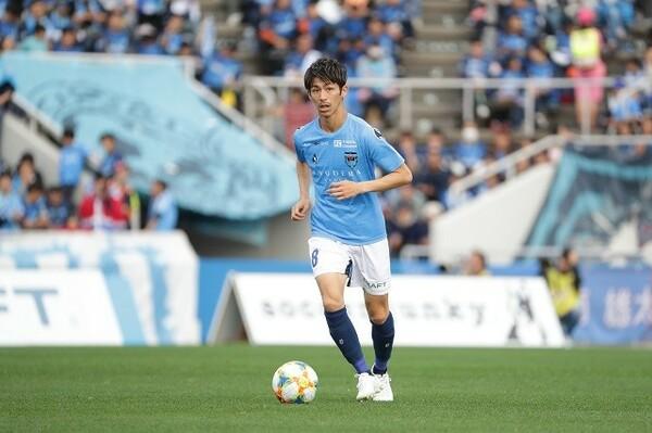 長く横浜FCを支えてきた佐藤だが、若手の台頭もあり、いまや絶対的なレギュラーとは言えない。それでもファンは、J1のピッチでその雄姿が見られる日を心待ちにしている