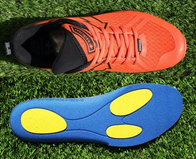 (上)レギュラーラストは細身なので足の横ブレを最小限に抑える。 (右)オリジナルのインソールは場所により密度を変えてある。
