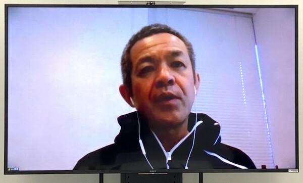 インタビューに答える須原専務理事。今回の取材もZoomを使って行われた