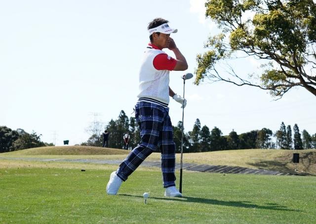 左腰が左足の外側のラインよりも出ないようにしながら、腰を回すとフェースは開きにくい