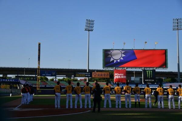 今は野球が見られる幸せをかみ締めながら、世界各国のファンが野球を見られる日を心から願う、と筆者は綴る