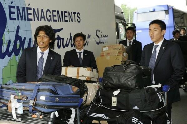 2010年南アW杯前、スイス合宿のためジュネーブ空港に到着した長谷部(右)。普段は大量の本を日本の空港でまとめ買いし遠征に臨むが、この時は……