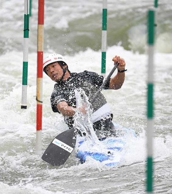 練習で、次々とゲートを回っていく羽根田卓也選手
