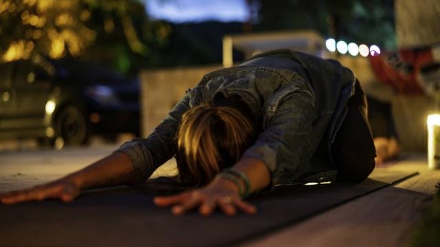 寝る前5分|心と体の緊張をラクにほぐす自分の体の重さを使ったヨガ