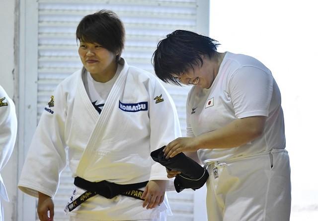 現在はコマツ女子柔道部の監督を務める杉本さん(写真左、写真は2016年当時)。この状況下でも選手とは連絡を取り合っている
