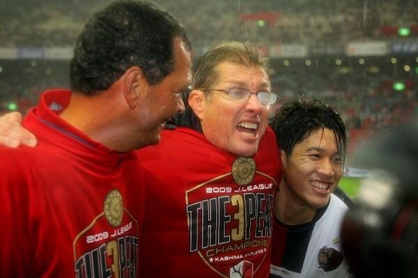 この年に就任したオリヴェイラ監督(写真中央)。J1リーグ3連覇の偉業を成し遂げるなど、黄金時代を築き上げた