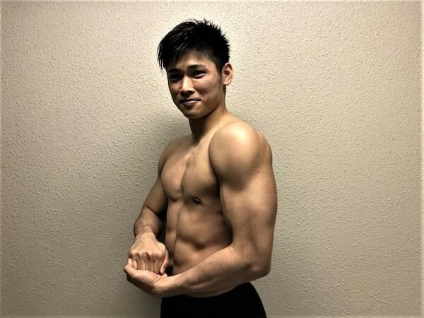 隆起した肩の筋肉とシックスパックの腹筋など美しいボディを誇る原。信念を曲げずにトレーニングを継続した成果がこの肉体美だ