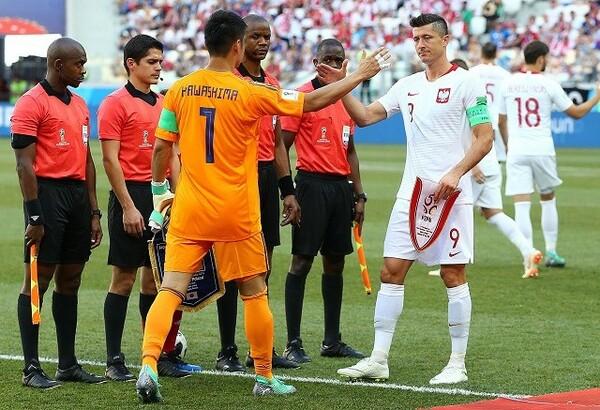試合前にポーランドのレヴァンドフスキ(右)と握手する川島。西野監督から期待を寄せられ、熱いものがこみ上げてきたと振り返る