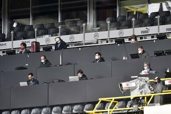 厳格な規制の下で実施された無観客試合。メディアは1試合10人に限定され、スタンドでの取材のみが許された