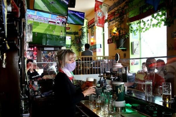 ドイツではレストランやパブなどの営業が再開されたが、ソーシャルディスタンスを保つように促されている