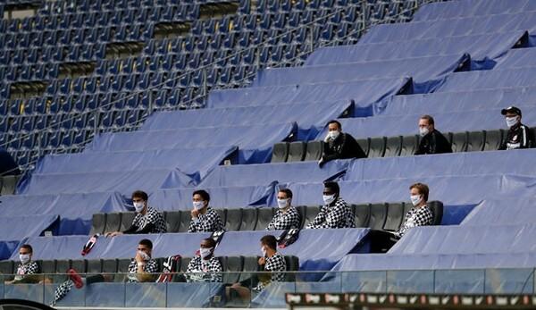 控え選手たちは互いに距離をあけてスタンドに設営された仮設ベンチに座った