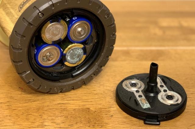 見事に液漏れした乾電池式ランタン。初めて使用する際に付属の電池を入れ、そのまま放置してしまった結果、半年後にはもうこの状態になっていた。グロテスクな見た目から想像できる通り、こうなってしまっては光は灯らず、2回目の使用機会はまだ訪れていない……。