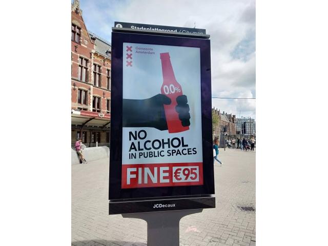 公共の場所へのアルコールの持ち込みに罰金(95ユーロ)を課すことを知らせるポスター(オランダ アムステルダム市)