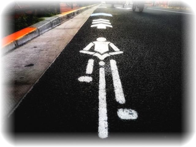 今は見慣れた自転車道路標識