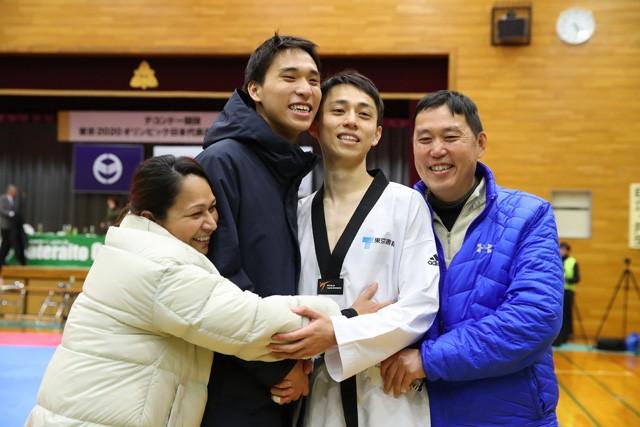 家族の支えもあって、東京五輪のテコンドー日本代表に内定した、兄の鈴木セルヒオ(左から3人目)と弟のリカルド(同2人目)