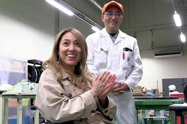 製作現場を見学する中嶋涼子さん(左)と八千代工業の森田広伸さん