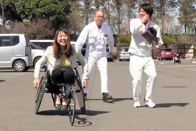 レース用車いすにチャレンジする小澤綾子さん