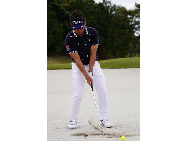 ボールをすくい打つ人は、体重が右足に残ったままヘッドを下ろすので、線よりも右側にヘッドが落ちる