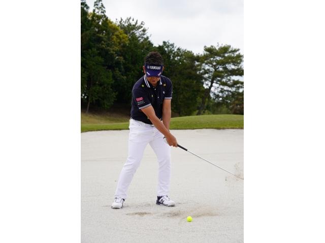 すくい打ちを避けると、体が左に突っ込んで線の左側にヘッドが落ちる