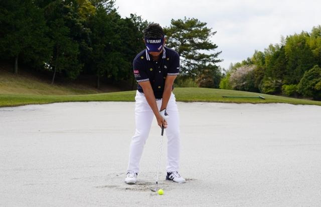 正しいアドレスは、スタンスを肩幅よりも少し広げ、オープンに構える。ボールの位置は真ん中よりも左。両手は左足太腿の内側にセット。左足体重が基本