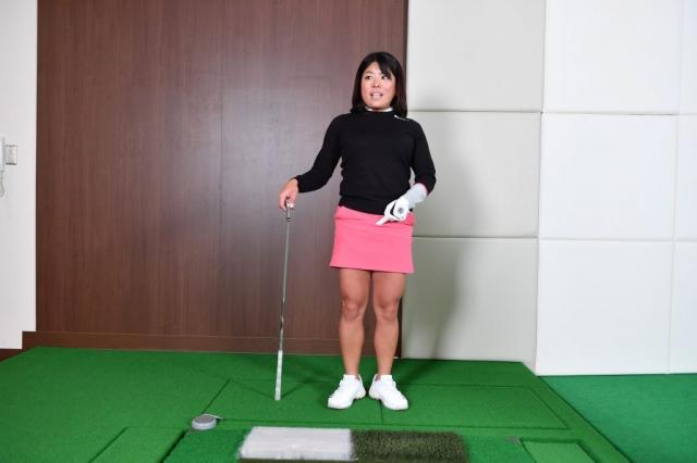 両足のツマ先を90度に開き、直立した姿勢をつくります