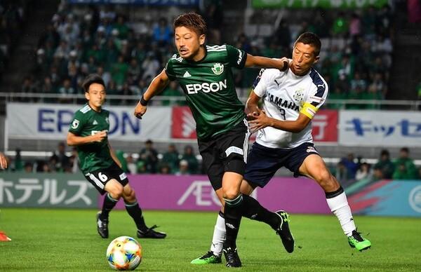 浦和や鹿島でもプレーした実力派ストライカーの高崎寛之は岐阜に加入し、自身もチームも1年でのJ2復帰を目指す(写真は松本時代のもの)